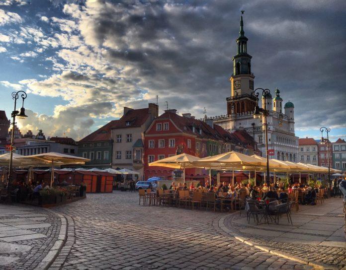 Od czego zacząć Jak w wielu miastach Polski, na pewno warto wybrać się na Stare Miasto. Z powodzeniem można zaplanować tu wycieczkę na cały dzień. A gdzie zacząć? Na Zamku Królewskim, który znajduje się niedaleko Starówki. Znaleźć tu można przede wszystkim nowoczesną ekspozycję Muzeum Sztuki Użytkowej. Do dyspozycji zwiedzających udostępniono aż dwa tysiące eksponatów poczynając od epoki średniowiecza, poprzez barok i rokoko, aż do czasów współczesnych. To wszystko przedstawione jest w interaktywnej, zaawansowanej technologicznie oprawie, która kontrastuje z odnowioną w dwudziestym pierwszym wieku gotycko-renesansową architekturą obiektu. I tą właśnie oryginalną, szesnastowieczną architekturę można podziwiać na Rynku, który pod względem wielkości zajmuje trzecie miejsce w Polsce. Będąc na rynku koniecznie trzeba też zajrzeć do Fary poznańskiej. Bazylika pod wezwaniem Matki Bożej Nieustającej Pomocy, św. Marii Magdaleny i św. Stanisława Biskupa w Poznaniu zachwyca bowiem barokowym wnętrzem. Kolorowe kamieniczki, bodące się w południe koziołki, wielki gmach Ratusza w centrum – to wszystko stwarza atmosferę pełną ciepła i serdeczności. Zaś otwarte kawiarnie i restauracje, z porozstawianymi na zewnątrz stolikami, wprowadzają gwar dający wręcz magiczną aurę, którą wielu się zachwyca. Ze Starego Rynku możemy przejść ulicą Wrocławską w stronę Półwiejskiej, czyli miejskiego deptaku. Zawsze jest ona pełna ludzi, czy to turystów, czy spacerujących powoli poznaniaków. Przy Półwiejskiej znajduje się między innymi Stary Browar, który choć jest ogromną galerią handlową, przyciąga ze względu na swój oryginalny, monumentalny wygląd i zielone otoczenie. W spacerowym tempie W sąsiedztwie Starego Miasta znajdują Jeżyce, czyli secesyjna dzielnica Poznania. Nie jest ona często wymieniana w przewodnikach turystycznych, jednak zdecydowanie posiada swój urok. Choćby ze względu na ulokowane tu miejsce zamieszkania bohaterów książek Małgorzaty Musierowicz (Jeżycjady). Warto zajrzeć na popula
